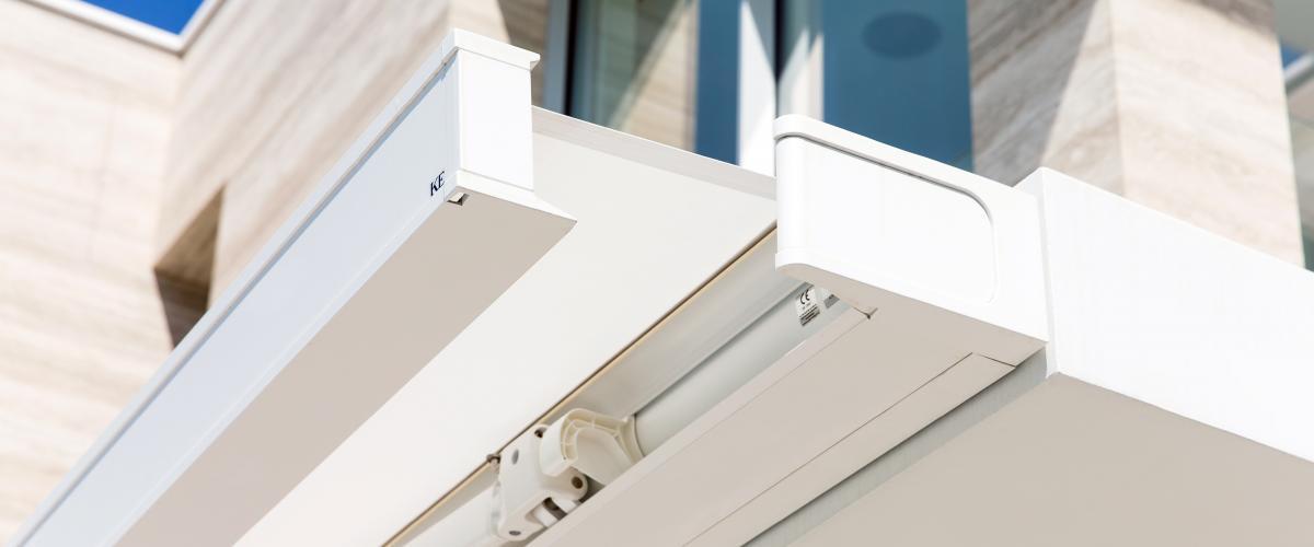 Protection solaire en intérieur et en extérieur, les stores bannes et vénitiens s'adaptent à votre décoration.