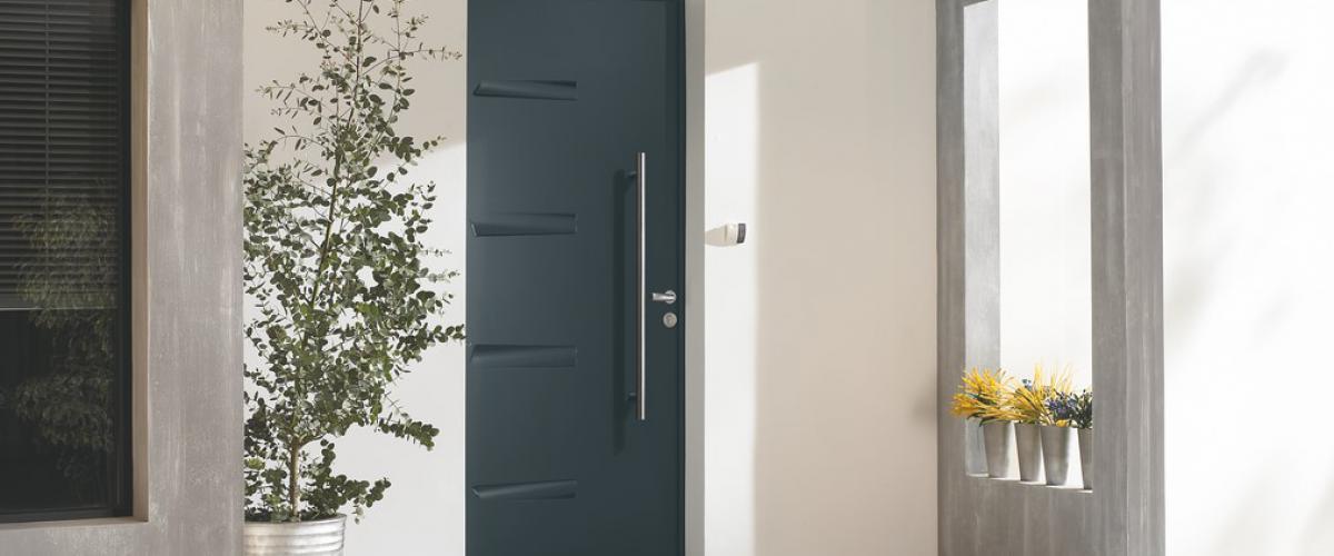 Votre porte d'entrée sur-mesure, personnalisable et motorisée, disponible chez Hauteur Largeur à Treillières et Les Sorinières.