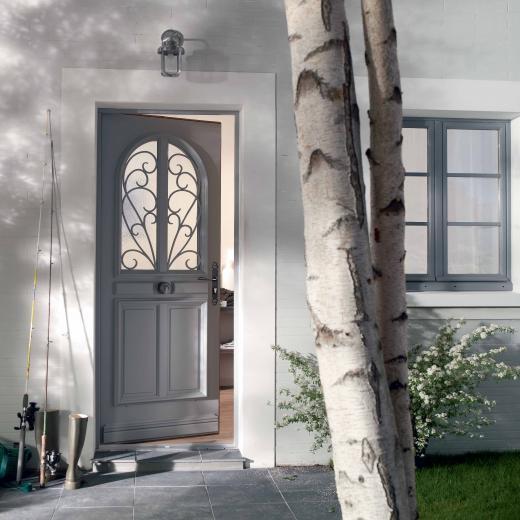 Découvrez notre large choix de portes d'entrée bois sur notre site internet et dans notre showroom situé aux portes de Nantes (44) Loire Atlantique