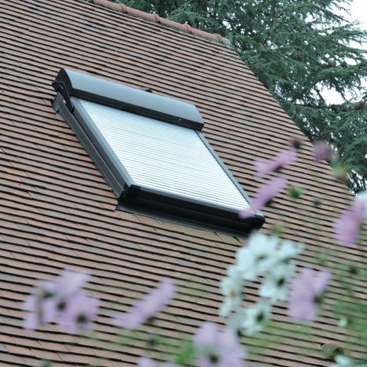 Des volets roulants pour fenêtres de toit disponibles chez votre distributeur Hauteur Largeur situé aux portes de Nantes (44) Loire Atlantique